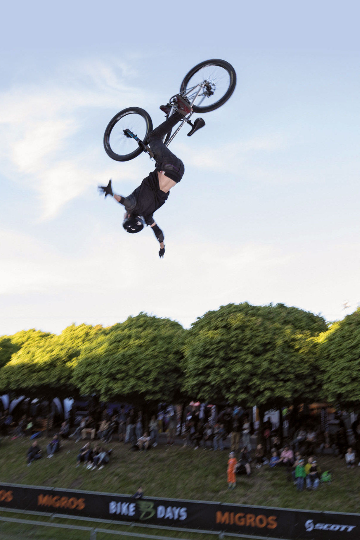Der MTB-Dirtjump-Contest mit internationalen Top-Shots begeistert das Publikum in Solothurn.